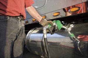 Por el aumento del dólar y del crudo volverían a subir los combustibles