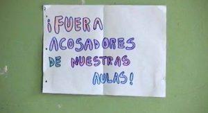"""Estudiantes del CPEM 48 realizaron una """"sentada"""" en repudio a un docente acusado de acoso"""