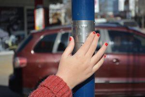 Avanzan en la instalación del braille en las calles de Neuquén capital